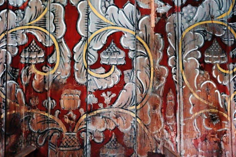 Nordische mit Blumenverzierung auf einer hölzernen Wand einer Daubenkirche in Norwegen lizenzfreie stockfotografie