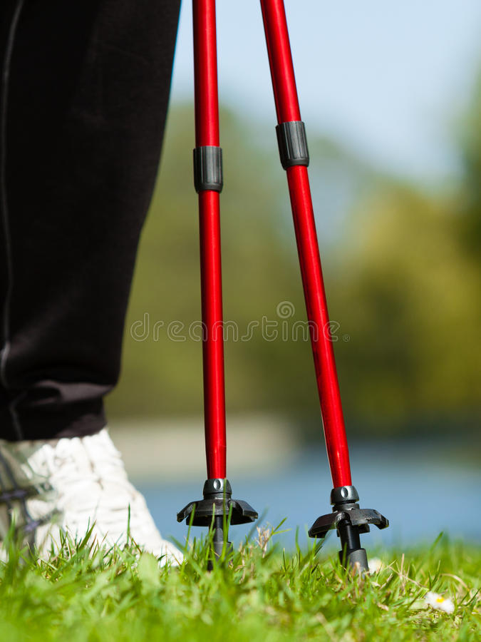 Nordisches Gehen Weibliche Beine, die im Park wandern stockfotografie