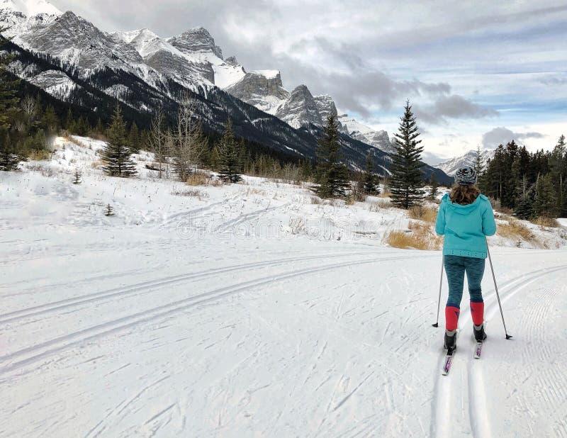 Nordisches Skifahren des Mädchens lizenzfreie stockfotos