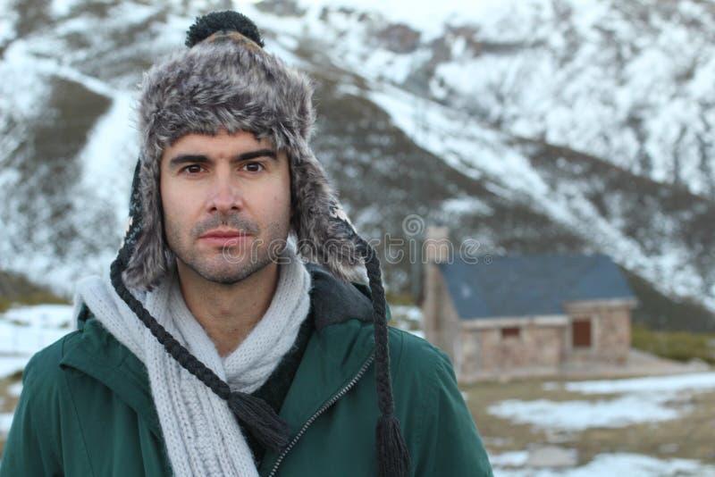Nordisk man i snön med kopieringsutrymme royaltyfria foton