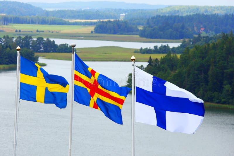 Nordiska flaggor i den Aland skärgården royaltyfri bild