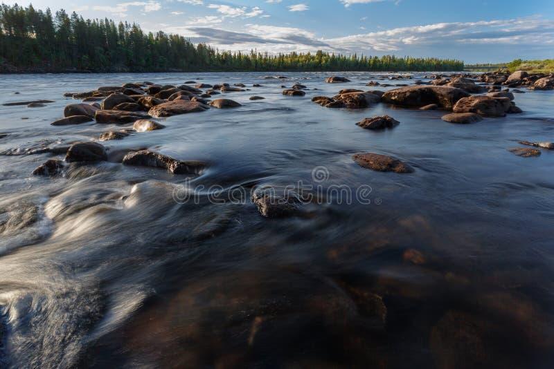 Nordkälte und felsiger Fluss stockfoto