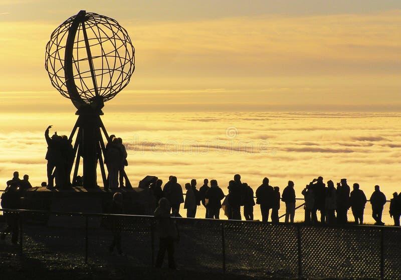 Nordkapp folk som håller ögonen på den midnatta solen royaltyfria bilder