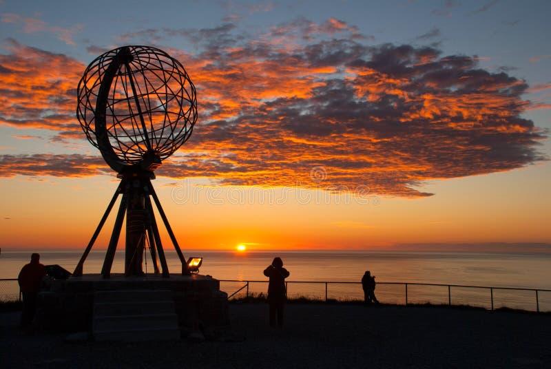 Nordkapp Monumento do globo no cabo norte, Noruega Meia-noite em Nordkapp fotografia de stock royalty free