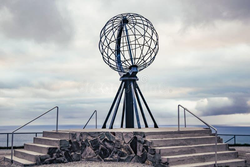 Nordkapp, Noruega - 6 de junho de 2016: Monumento em Nordkapp, o ponto o mais northernmost do globo de Europa fotos de stock royalty free