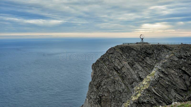 NORDKAPP, NORVÈGE - une vue sur la falaise et le globe du nord Monu de cap image stock