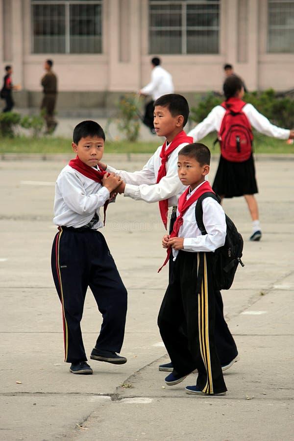 Nordkoreanische Schulekinder auf Schulhof lizenzfreie stockfotos