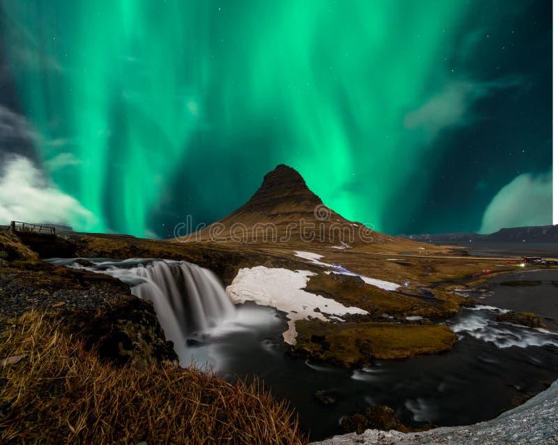 Nordlichtaurora borealis erscheinen über Berg Kirkjufell in Island stockbilder