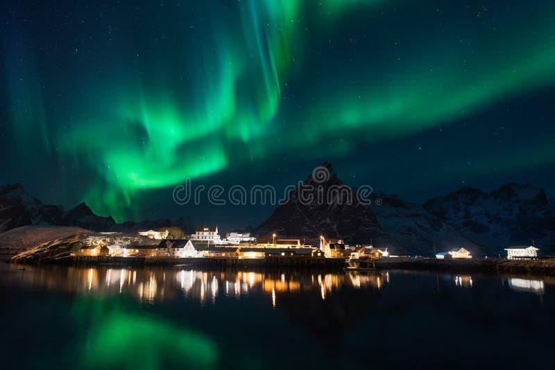 Nordlichter über dem Berg am sakrisoy rorbuer in der Wintersaison, Lofoten-Inseln, Norwegen stockfotos