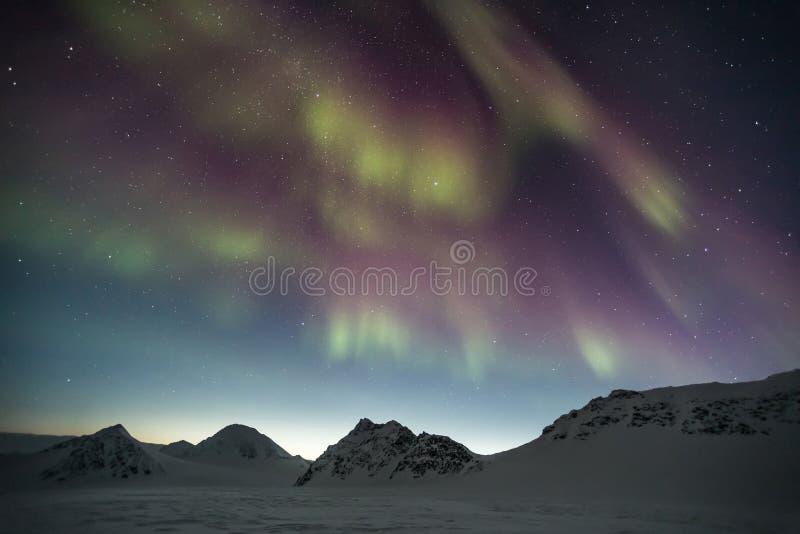 Nordlichter über den arktischen Bergen - Spitzbergen, Svalbard lizenzfreie stockfotos