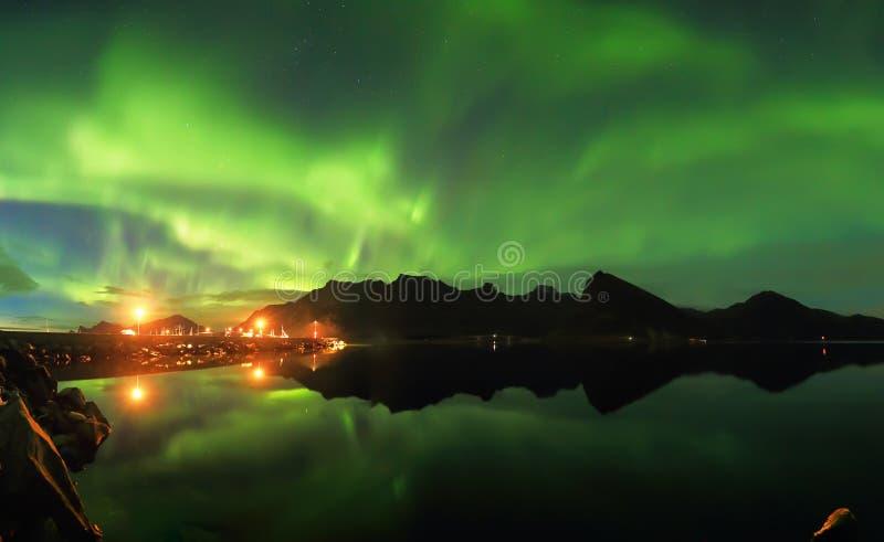 Nordlichter über Fjord stockfotos