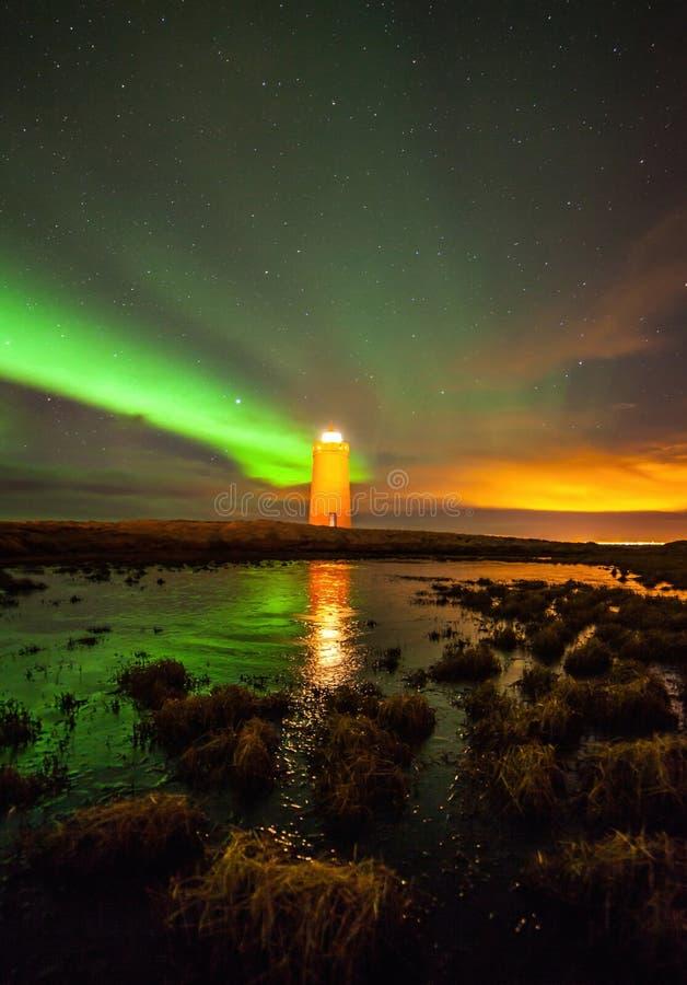 Nordlichter über Leuchtturm stockbilder