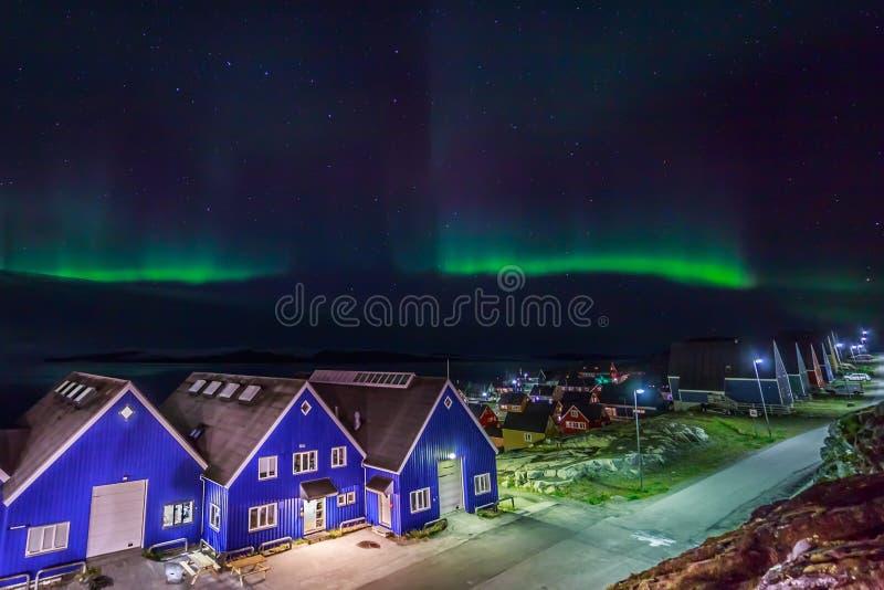 Nordlichter über Nuuk-Stadt, Grönland lizenzfreie stockfotografie
