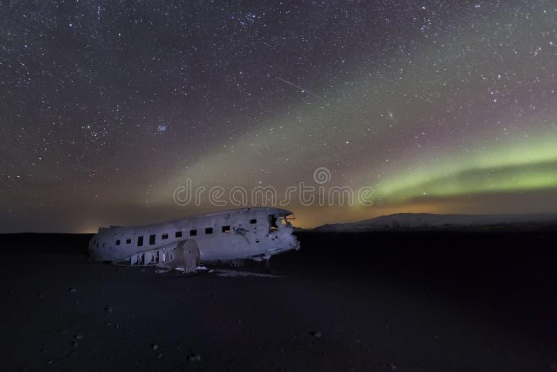 Nordlichter über verlassenem flachem Schiffbruch stockfotos