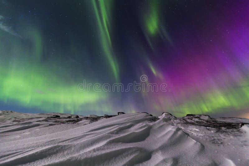 Nordlichter auf dem Ufer des Nordpolarmeers lizenzfreie stockfotografie