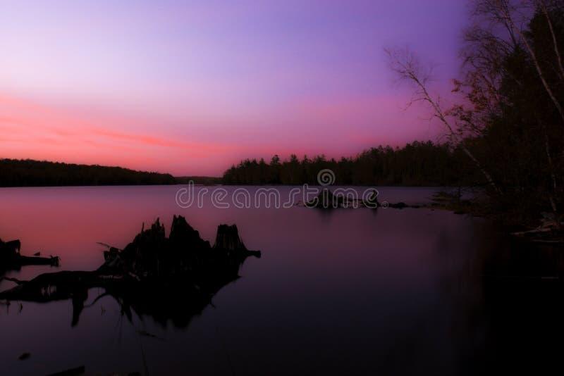 Nordlig solnedgång över sjön arkivfoto
