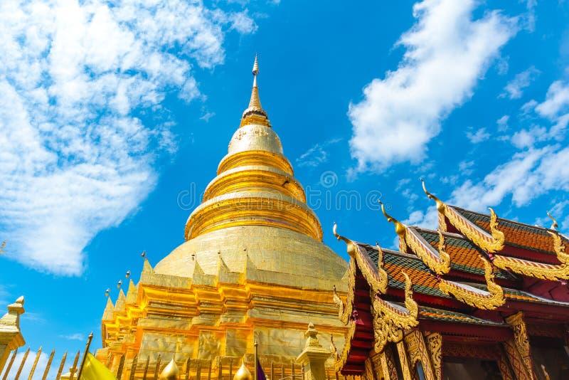 Nordlig stil för thailändsk tempel på Wat Phra That Hariphunchai Lamphun royaltyfria foton