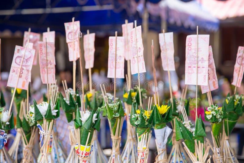 Nordlig thailändsk ritual för Tan Kuay Salak festival som folket ska ge livsmedel- och värdesaksaker till templet och munkarna arkivbild