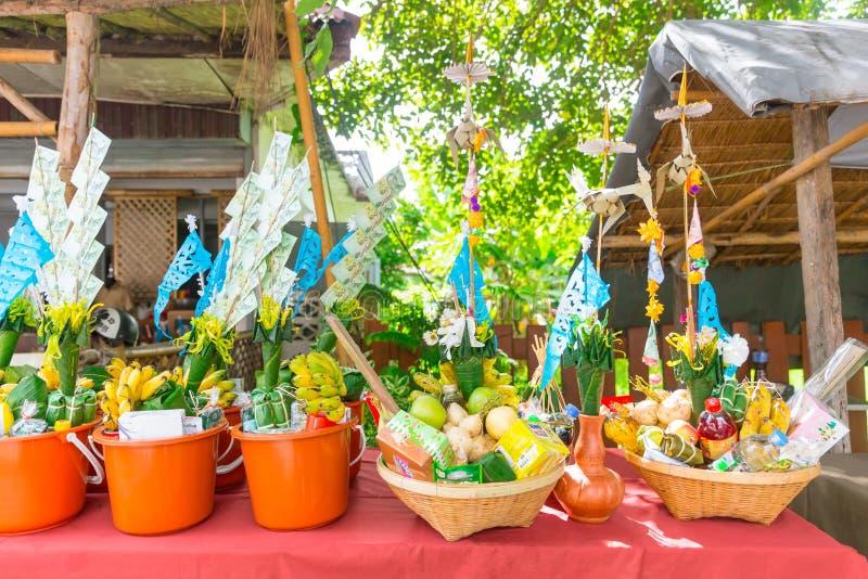 Nordlig thailändsk ritual för Tan Kuay Salak festival som folket ska ge livsmedel- och värdesaksaker till templet och munkarna royaltyfri foto