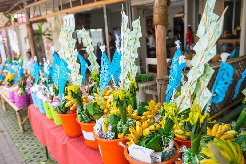 Nordlig thailändsk ritual för Tan Kuay Salak festival som folket ska ge livsmedel- och värdesaksaker till templet och munkarna royaltyfria bilder