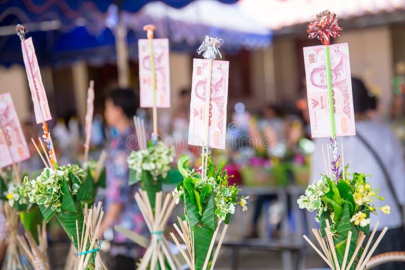 Nordlig thailändsk ritual för Tan Kuay Salak festival som folket ska ge livsmedel- och värdesaksaker till templet och munkarna royaltyfria foton