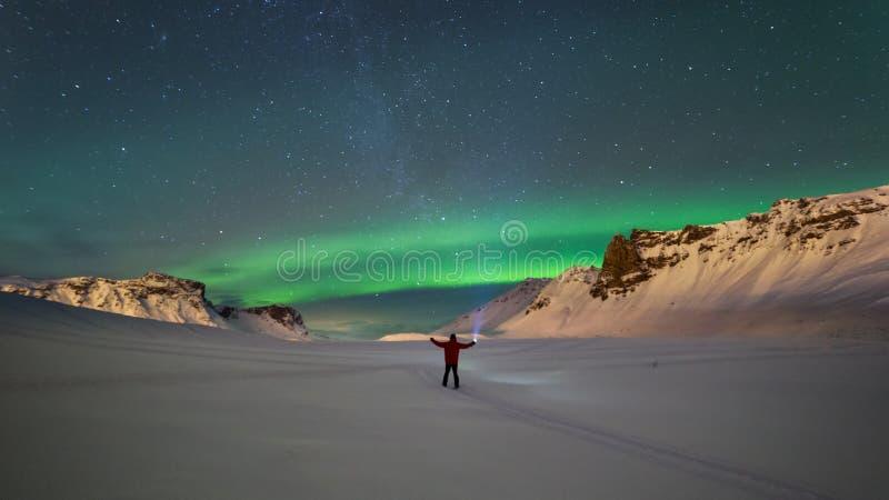 Nordliga ljus över bergen i Vik royaltyfria foton