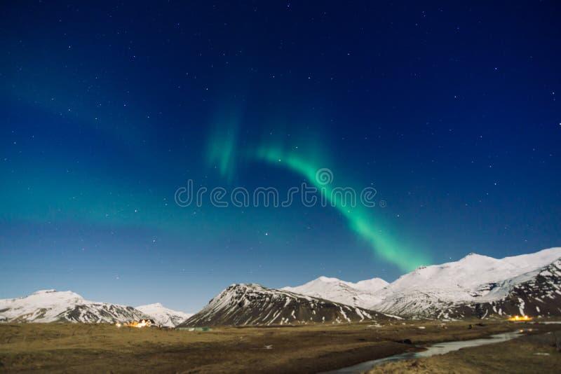 Nordliga ljus över berget i Island arkivfoto