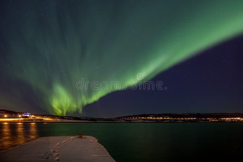 Nordliga ljus över en fjord i Norge arkivfoton