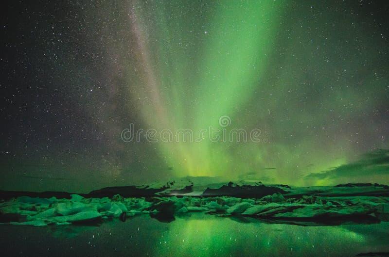 Nordliga ljus över islagun, Island arkivbilder