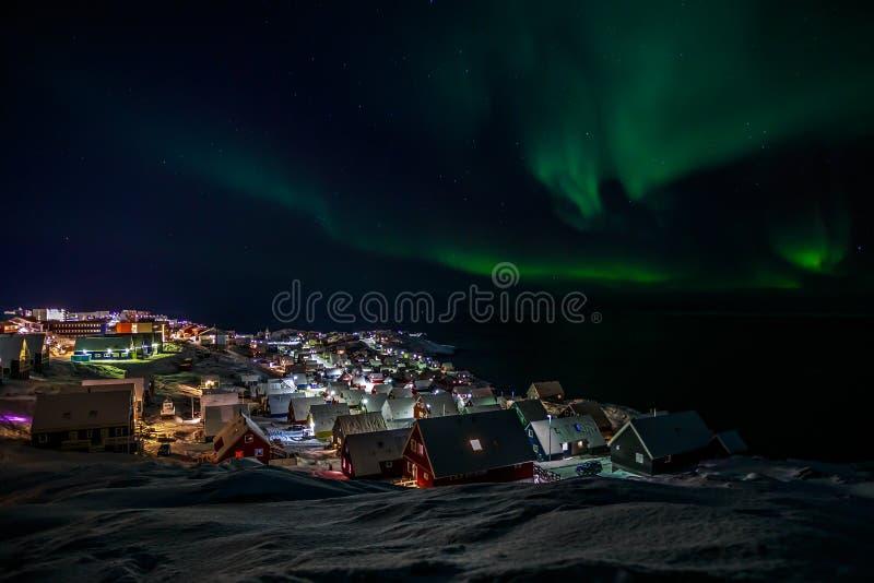 Nordliga ljus över Nuuk arkivfoto