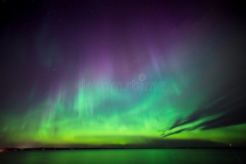 Nordliga ljus över sjön i Finland royaltyfria bilder