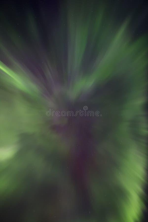 Nordliga ljus i formen av ett kransnorrsken arkivfoton
