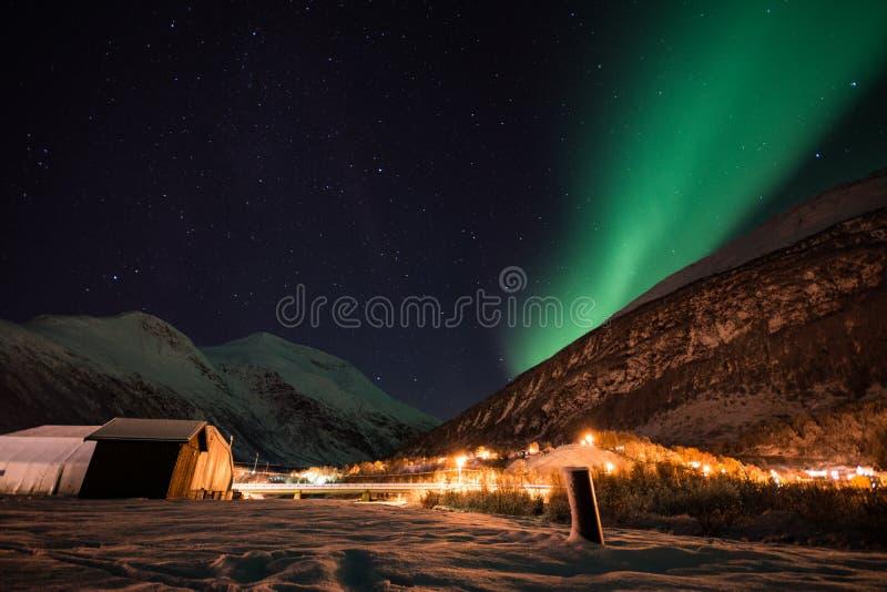 Nordliga ljus nära Lyngenen Alsp, Norge royaltyfri bild