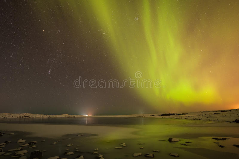 Nordliga ljus och stjärnor över Island royaltyfria foton
