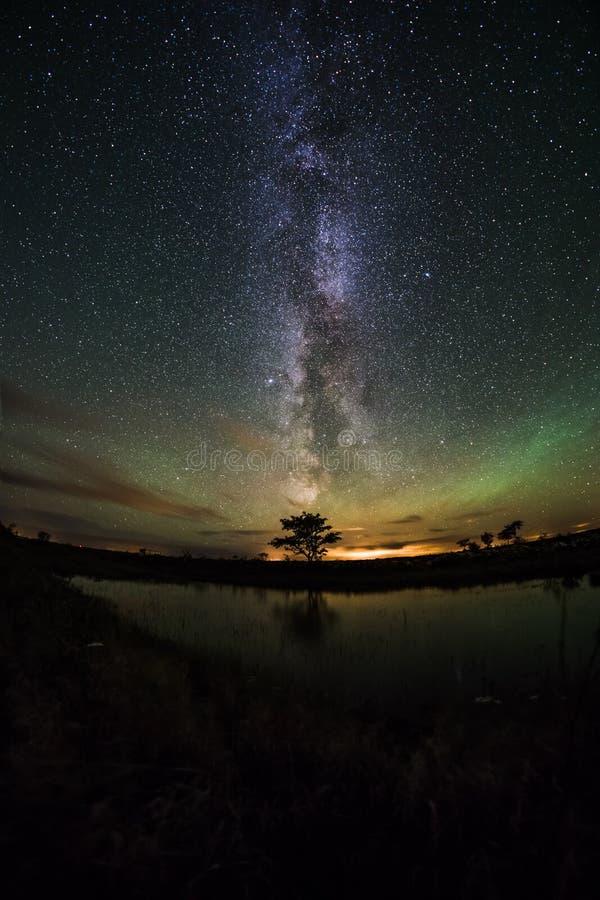 Nordliga ljus och Vintergatan arkivfoto
