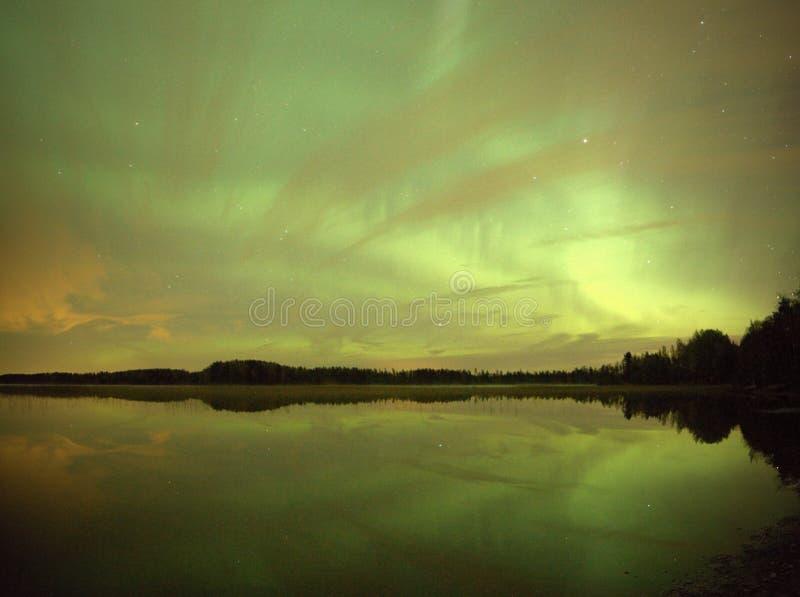 Nordliga ljus på natten över sjön fotografering för bildbyråer