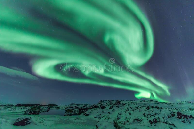 Nordliga ljus som skapar former i himlen arkivbilder