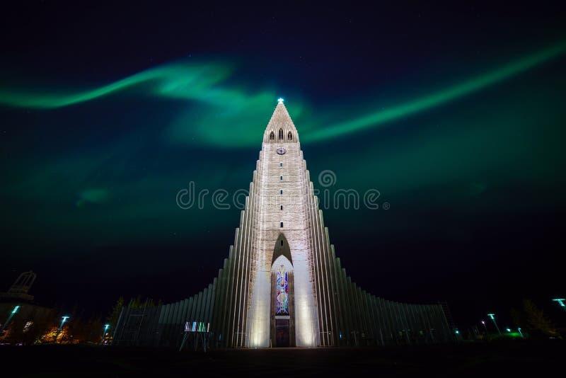 Nordliga ljus som skiner över kyrkan i Reykjavik arkivfoton
