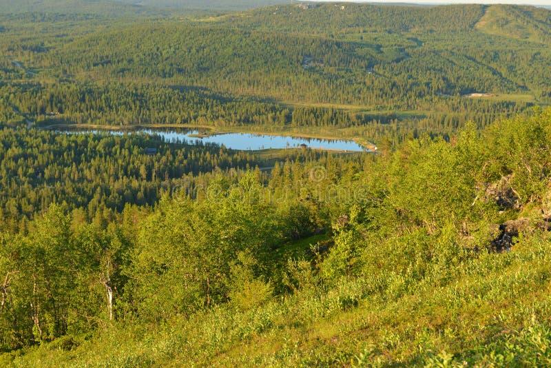 Nordligt landskap med den blåa sjön på solnedgången Finlandssvenska Lapland royaltyfri fotografi