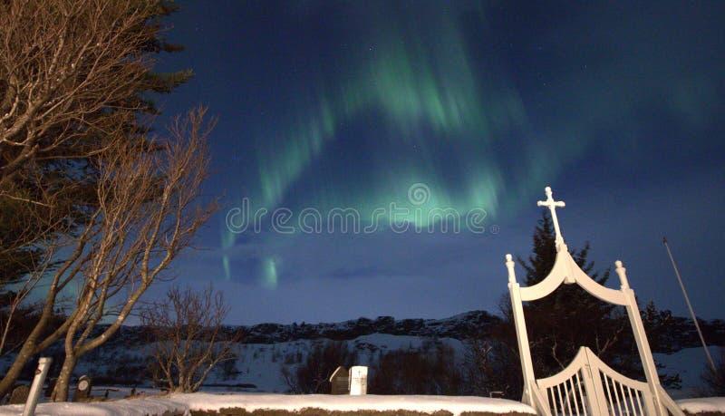 Nordligt ljus ovanför kyrkogård royaltyfria foton