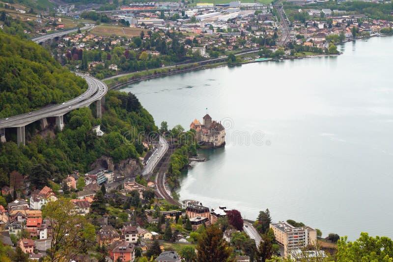 Nordostlig kust av sjöGenève och slotten Chillon montreux switzerland arkivbild