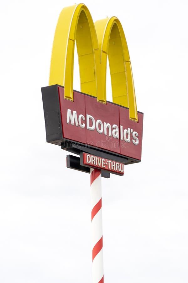 NORDPOL, ALASKA: McDonalds unterzeichnen herein Dekorationen eines Zuckerstange-Pfostens für Weihnachten stockfoto