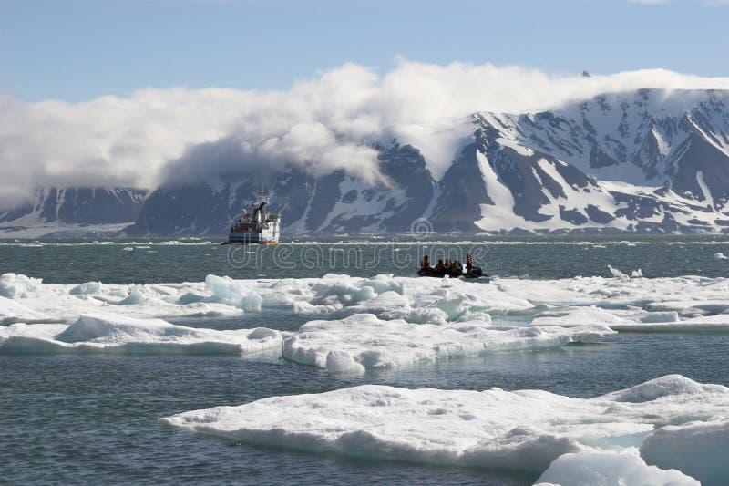Nordpolarmeer - Leute auf Boot lizenzfreie stockfotografie