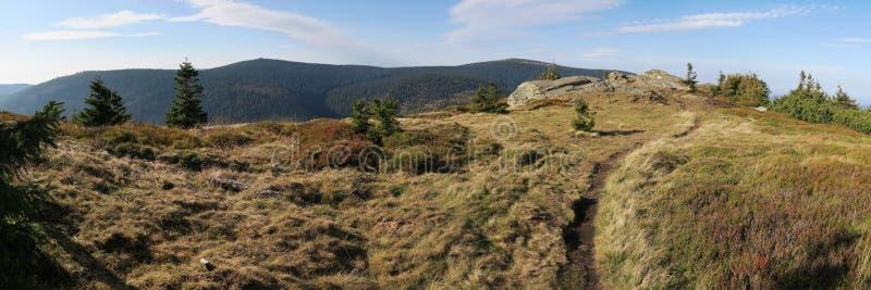 Nordsicht mit Keprnik-Gipfel und Vozka-Gipfel vom Gipfel ?ervená hora stockbilder