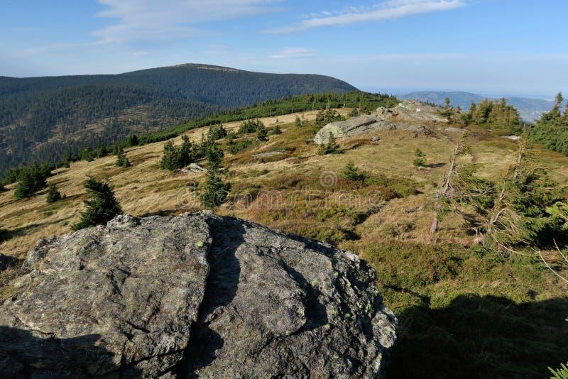 Nordsicht mit Keprnik-Gipfel vom Gipfel ?ervená hora stockfotos