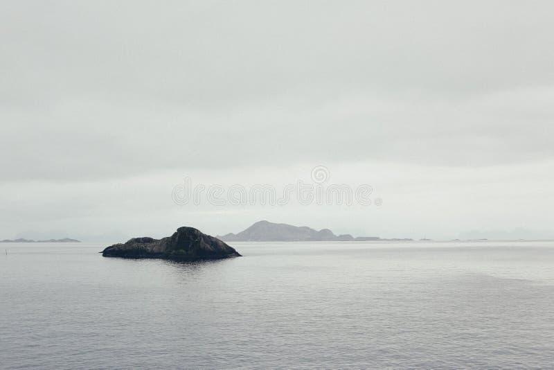 Nordsj? med f?rkylning och sn?sikten av horisonten och den steniga kusten arkivfoto