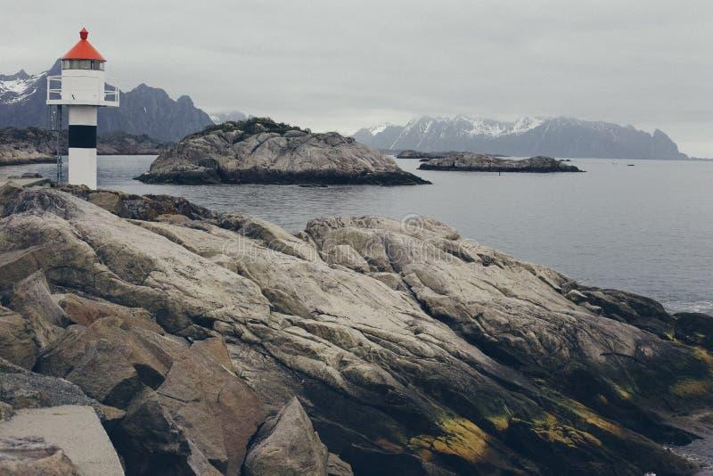 Nordsj? med f?rkylning och sn?sikten av horisonten och den steniga kusten fotografering för bildbyråer