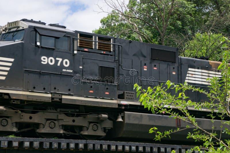 Norfolk και νότιες μηχανές 9070 που διασχίζουν ένα τρίποδο στοκ εικόνα