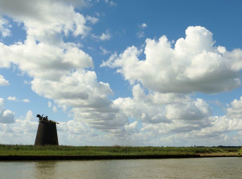 Norfolk Broads krajobraz z porzuconym wiatraczkiem fotografia stock