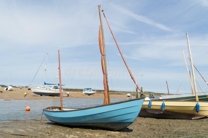 Norfolk-Küstenlinie, blaue Himmel der Segelboote lizenzfreie stockbilder